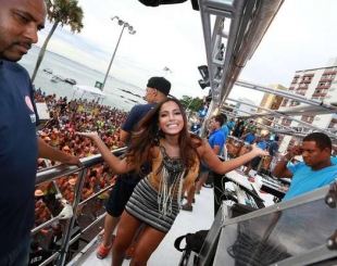 Anitta rebola at� o ch�o e anima f�s no bloco do Harmonia