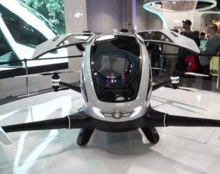Feira de tecnologia apresenta drone que carrega passageiro.