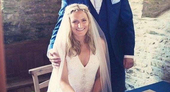Inglesa descobre câncer de mama após abraçar seu marido