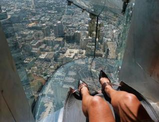 Rep�rter da AP vive uma experi�ncia assustadora num escorregador de vidro a 300 metros de altura