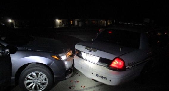 Mulher tenta tirar selfie fazendo topless e bate o carro